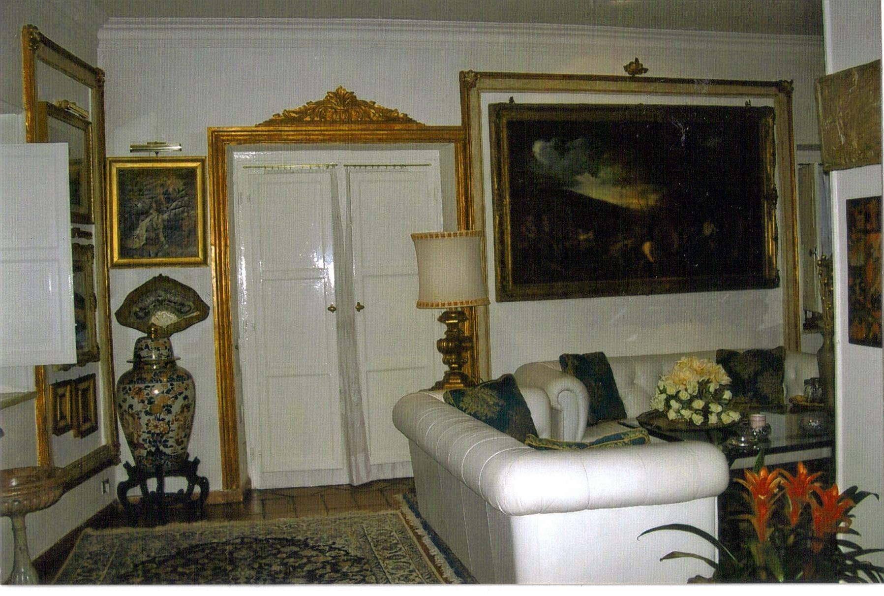 Best cornici a muro di arredamento in elegante esempio di for Arredamenti barbato napoli